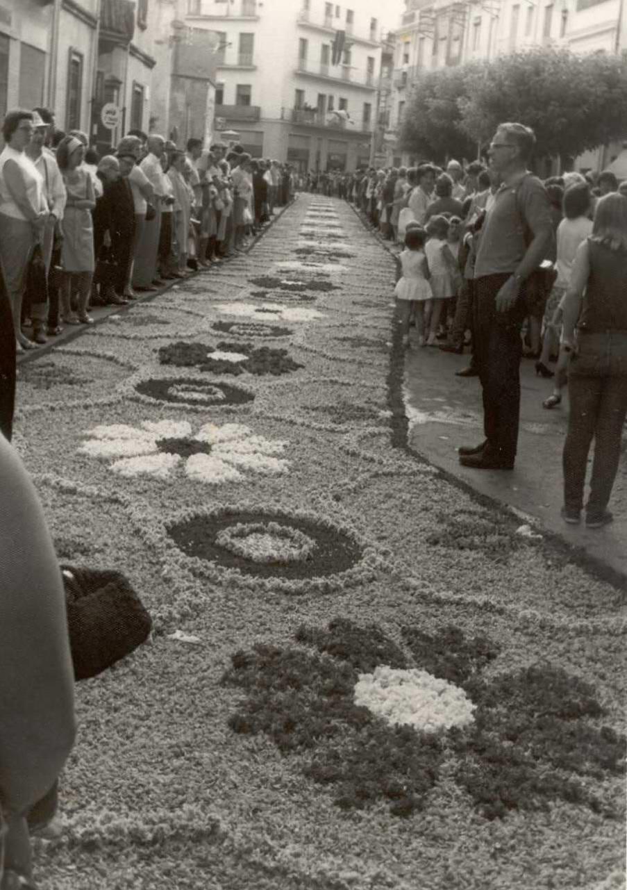 Vista de la placeta de Sant Joan engalanada amb una catifa de flors per al Corpus, 1966. AMSFG. Col·lecció Municipal d'Imatges (Autor desconegut)