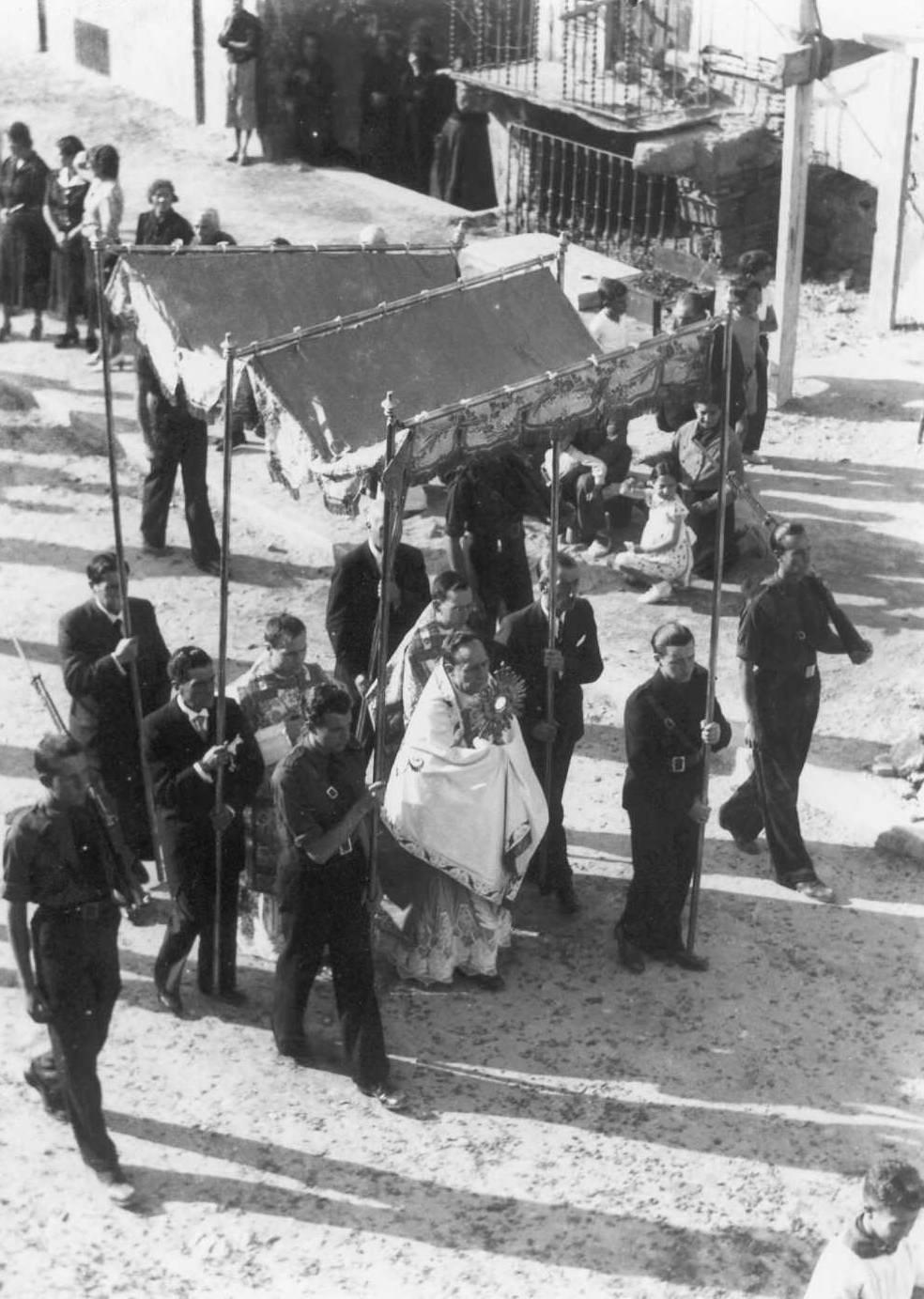 Primer Corpus després de la Guerra Civil, processó passant per l'avinguda Juli Garreta (davant del carrer Estret), 1939. AMSFG. Fons Pere Rigau (Autor: Pere Rigau)
