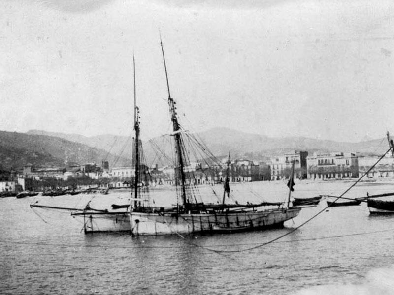 Vaixells fondejats al racó de Llevant a finals del segle XIX AMSFG. Col·lecció Espuña-Ibáñez (Autor: desconegut)