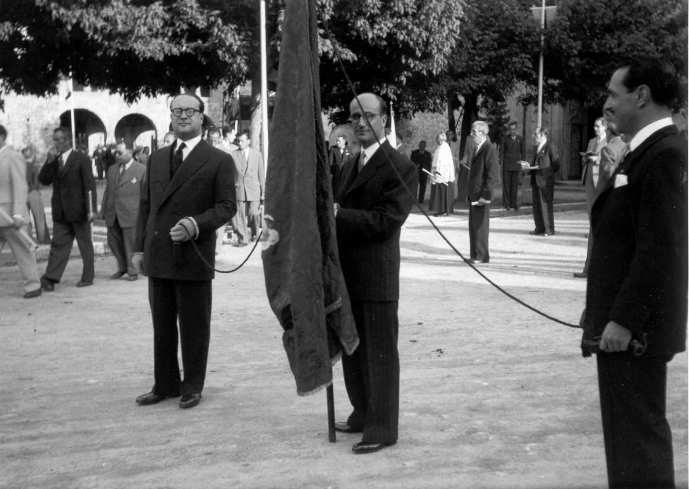 Retrat del pendonista i dels portadors de les cordes de la processó de Corpus de l'any 1955, aturats a la plaça del Monestir. AMSFG. Fons Pere Rigau (Autor: Pere Rigau)