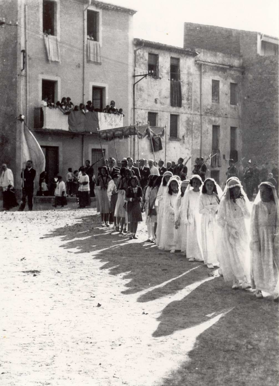 Nenes vestides de comunió creuen l'avinguda Juli Garreta durant la processó de Corpus, 1939. AMSFG. Fons Pere Rigau (Autor: Pere Rigau)