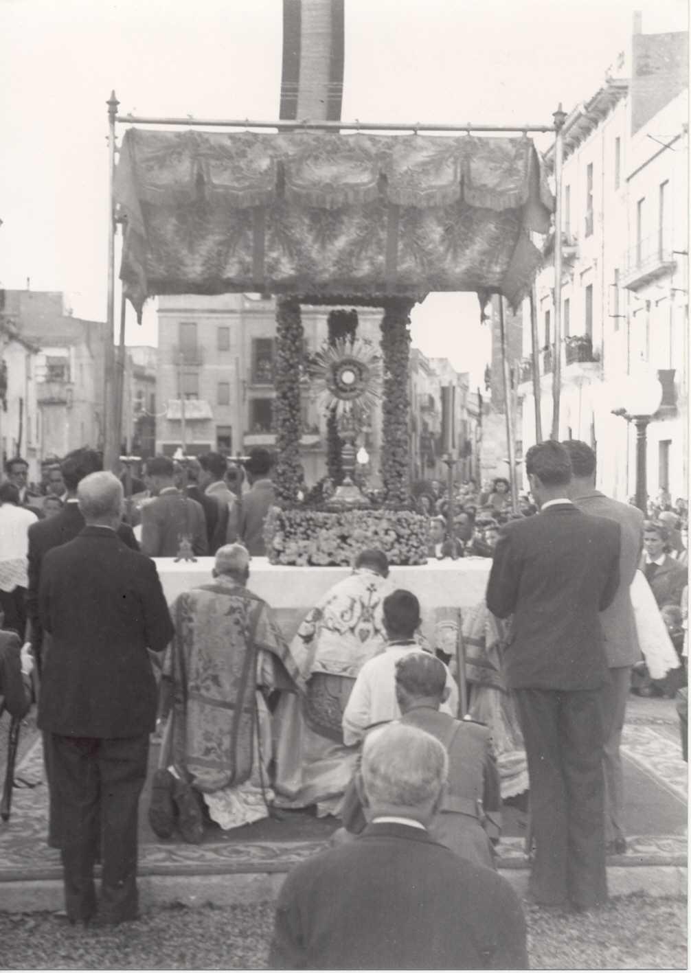 Cerimònia a l'altar de la rambla del Portalet, durant la processó de Corpus de l'any 1939. AMSFG. Fons Pere Rigau (Autor: Pere Rigau)