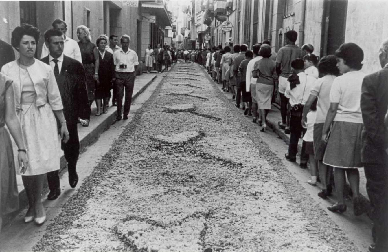 Catifa de flors del carrer de la Rutlla, per Corpus, als anys 60. AMSFG. Fons família Martí (Autor desconegut)