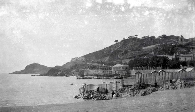 Banys de Sant Elm, en segon terme a l'esquerra els primers xalets de la urbanització, a la dreta el mirador dels jardins de can Malionis, residència de Pere Rius, 1926 AMSFG. Fons Família Martí (Lluís Martí)