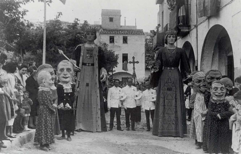 Gegants i capgrossos a la plaça del Mercat, als anys 60. AMSFG. Fons família Martí (Autor desconegut)