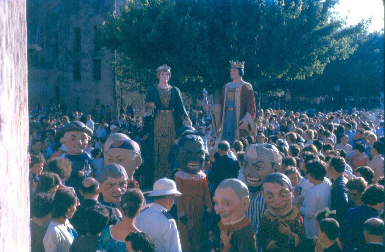 Catifa i altar preparats per Corpus per l'Hotel Murlà, a la placeta de Sant Joan, als anys 60. AMSFG. Fons família Martí (Autor desconegut)