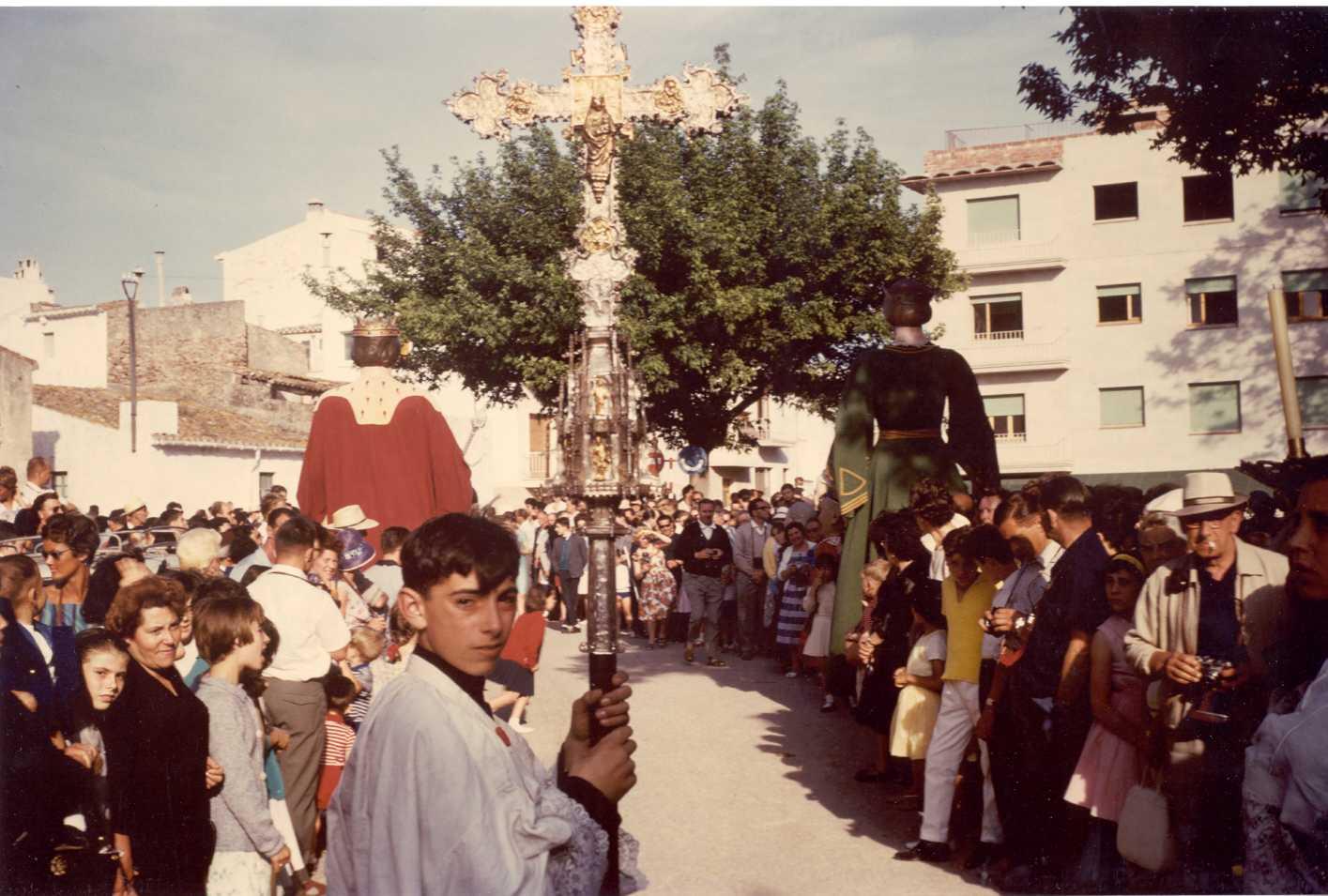 Escolà duent la vera creu durant la processó de Corpus de l'any 1962 a la plaça del Monestir. AMSFG. Fons Pere Rigau (Autor: Pere Rigau)