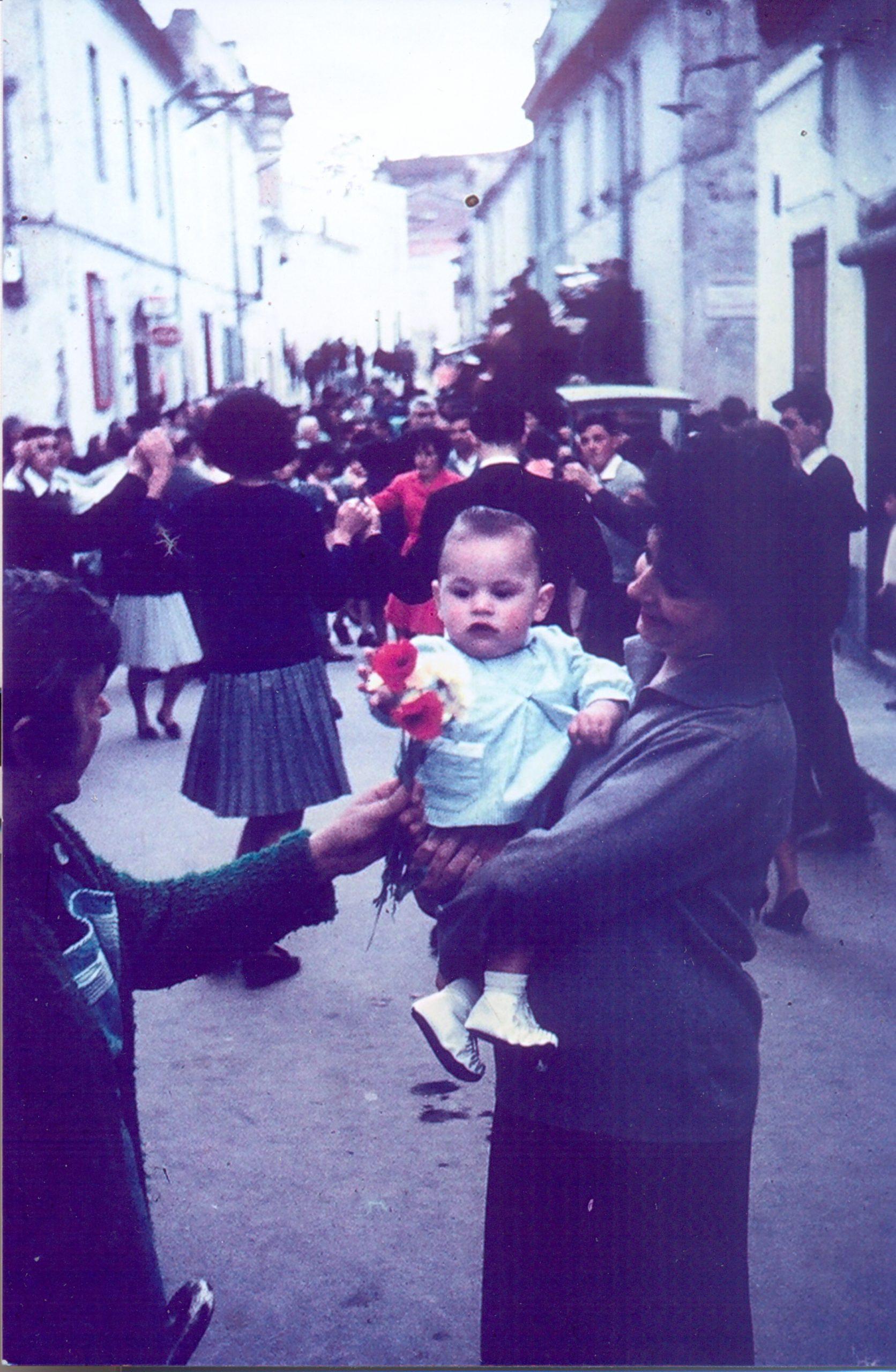 Ballada de sardanes al carrer Nou del Garrofer per la Vuitada de Corpus, principis dels anys 60. AMSFG. Fons Teresa Serra (Autor: desconegut)