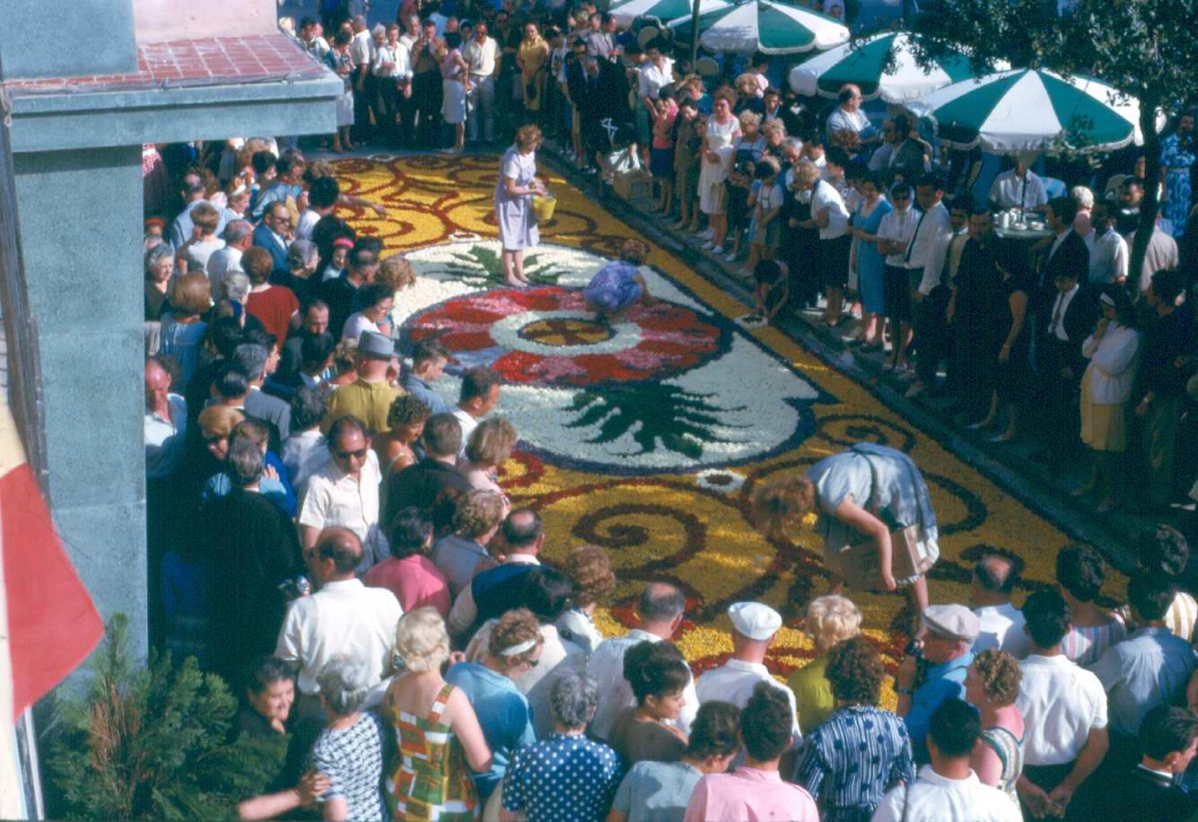 Catifa de flors a la rambla del Portalet, davant de l'Hotel les Noies, l'any 1962. AMSFG. Fons família Martí (Autor desconegut)