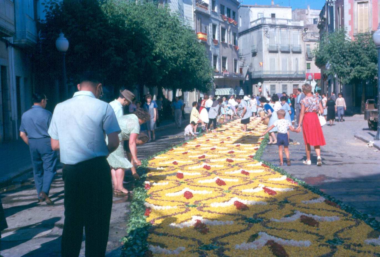 Catifa de flors de Corpus a la placeta de Sant Joan, 1962. AMSFG. Fons família Martí (Autor desconegut)