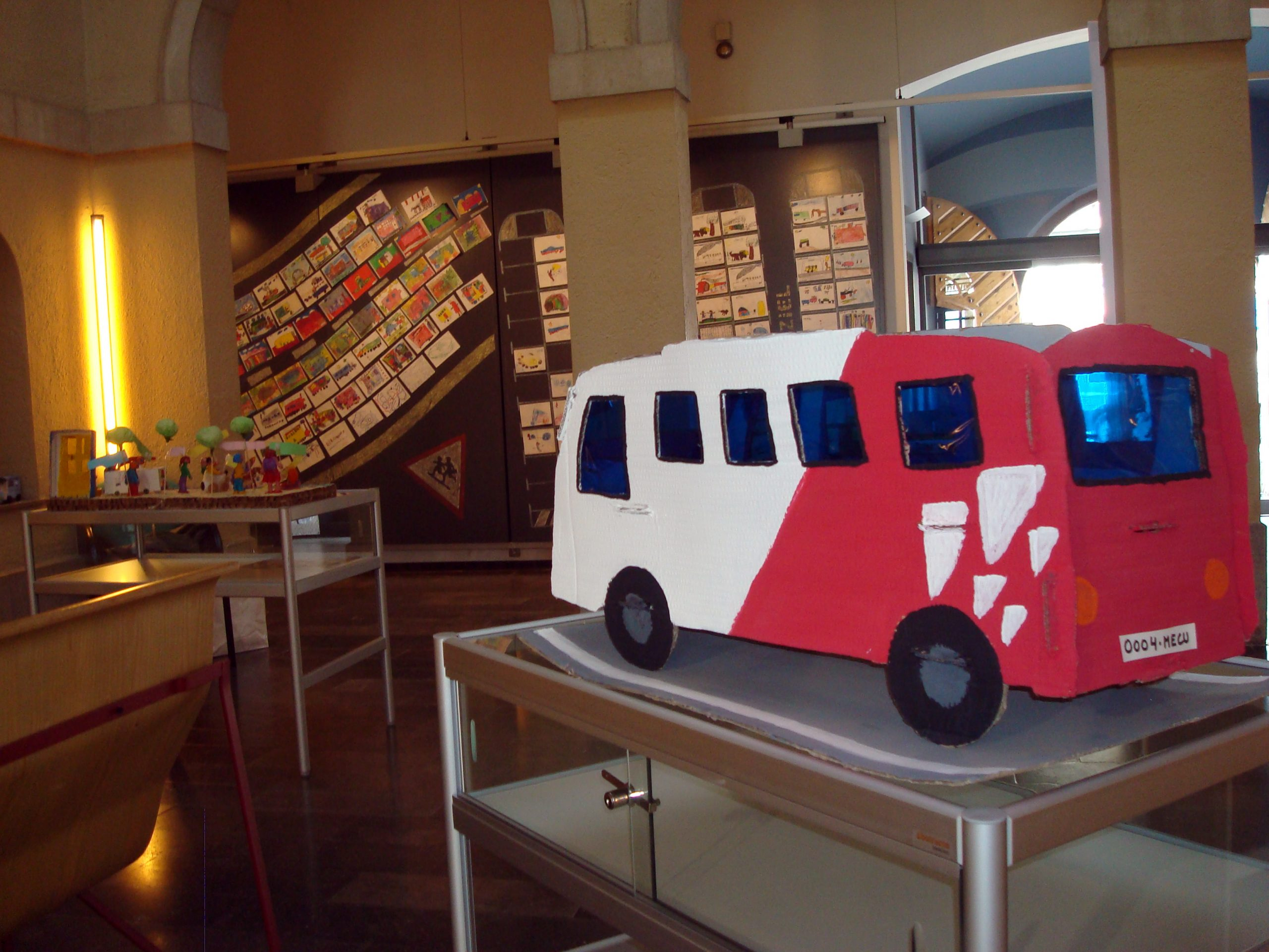 Exposició dels treballs escolars elaborats amb motiu de la Mostra Literària de Sant Jordi, realitzada pels Tallers d'Història l'any 2011 AMSFG. Col·lecció Municipal d'Imatges (Autor: Rosa M. Rourich)
