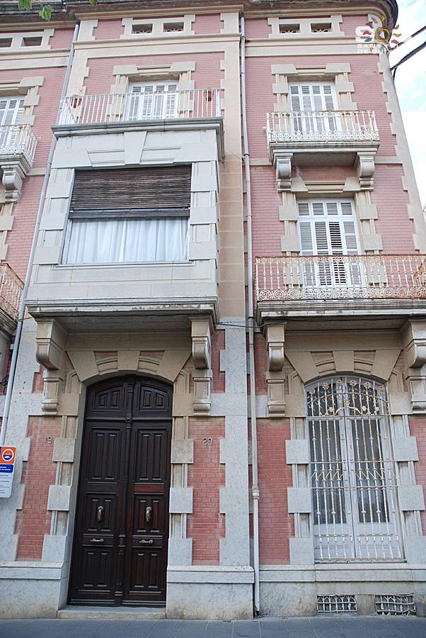 Façana principal de la casa Ribot, a l'actualitat. Autor: Mercè Pérez Espinar. Sóc Sant Feliu de Guíxols, 2012.