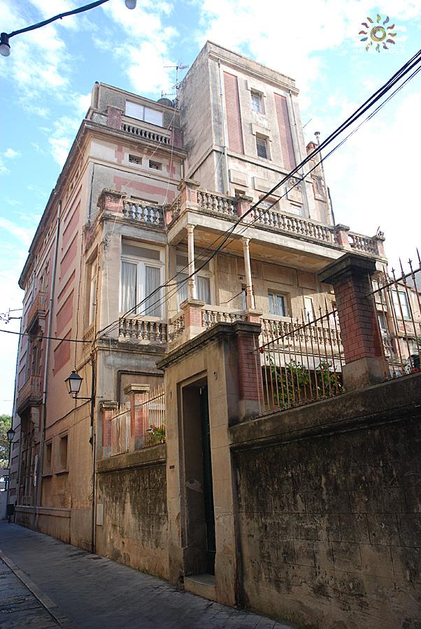 Vista de la façana posterior i lateral de la casa Ribot. Autor: Mercè Pérez Espinar. Sóc Sant Feliu de Guíxols, 2012.