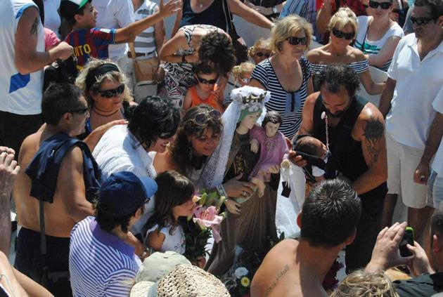 Detall de la Verge del Carme amb l'escapulari durant la processó del juliol del 2011 a Sant Feliu de Guíxols Procedència: Premsa (Autor:Mercè Pérez Espinar)