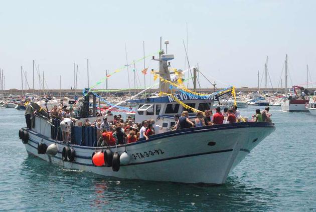 Barca engalanada encapçalant la processó de Sant Feliu de Guíxols, juliol del 2011 Procedència: Premsa (Autor:Mercè Pérez Espinar)