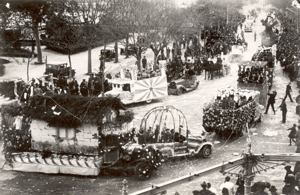 Vista general del passeig del Mar durant la rua de Carnaval de l'any 1934. AMSFG. Col·lecció Benet Julià (Autor: Fèlix Romaní)