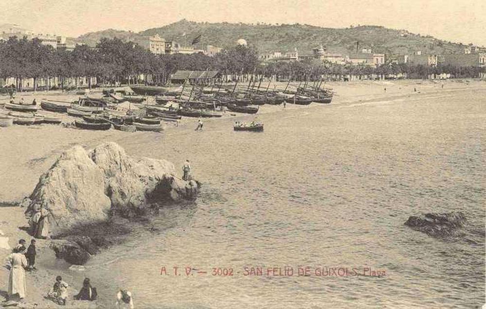 Vista de la platja amb la desembocadura de la riera del Monestir en primer terme, cap al 1910. Aquest fou l'indret on estaven instal·lades les drassanes del segle XIII. AMSFG.Col·lecció Municipal d'Imatges (Àngel Toldrà).