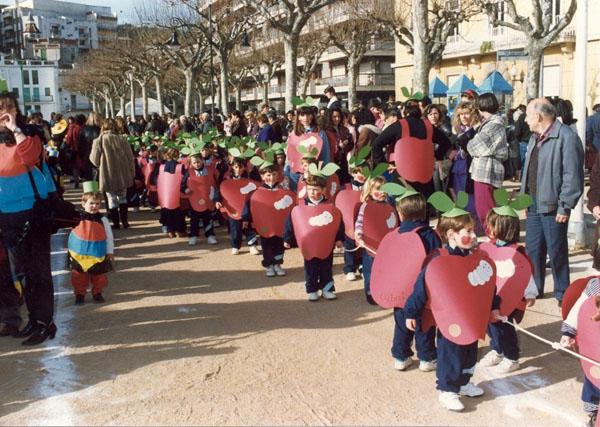 Cercavila infantil del matí del dijous gras al passeig del Mar. Carnaval dels anys 90. AMSFG. Col·lecció Municipal d'Imatges (Autor: desconegut)