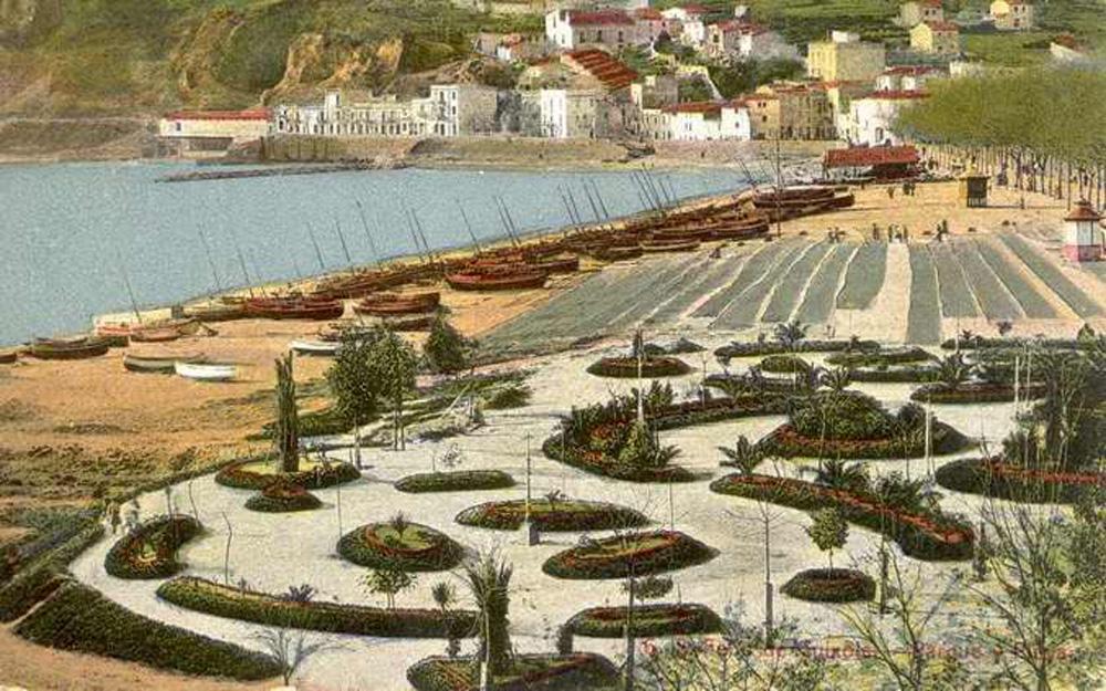 Platja amb barques de pesca i xarxes esteses, al centre, el cobert de les drassanes. Principis del segle XX. AMSFG. Col·lecció Municipal d'Imatges (Autor desconegut).