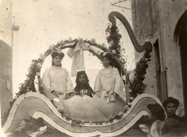 Noies disfressades en una carrossa durant un Carnaval cap als volts del 1900. AMSFG. Col·lecció Espuña-Ibáñez (Autor: desconegut)