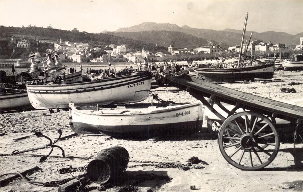 AMSFG. Fons Ajuntament de Sant Feliu de Guíxols. Autor: Desconegut. Barques de pesca a la sorra de la platja de Sant Feliu (1958 – 1965).