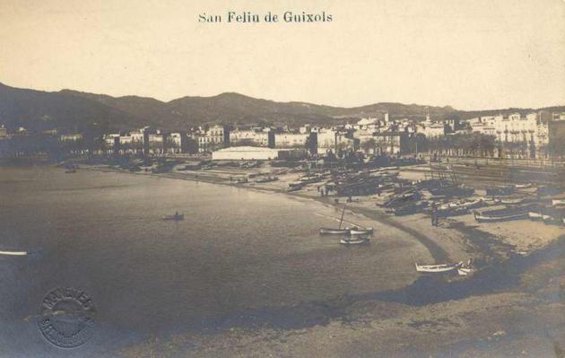 Vista general de la platja amb l'envelat de Festa Major al centre, cap al 1915 AMSFG. Col·lecció Municipal d'Imatges (Autor: Josep Manetes)