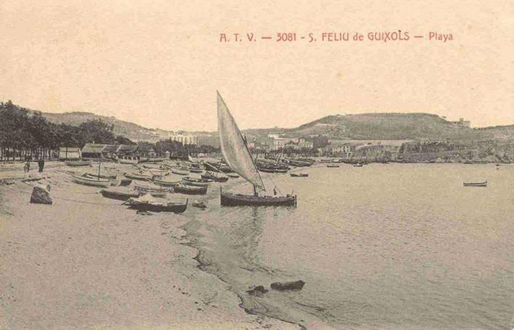 Platja des de Garbí, a principis del segle XX. Al centre de la imatge el cobert de les drassanes, davant de la rambla Vidal. AMSFG. Col·lecció Municipal d'Imatges (Àngel Toldrà).
