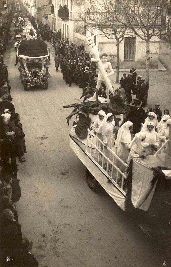 Rua de Carnaval de l'any 1934 baixant per la carretera de Girona. AMSFG. Col·lecció Espuña-Ibáñez (Autor: Fèlix Romaní)
