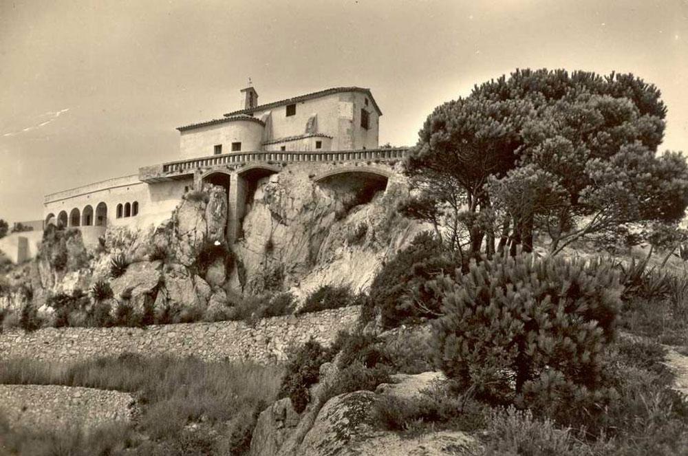 Vista de l'ermita de Sant Elm cap al 1960. AMSFG. Col·lecció Pere Rius i Calvet (Meli).