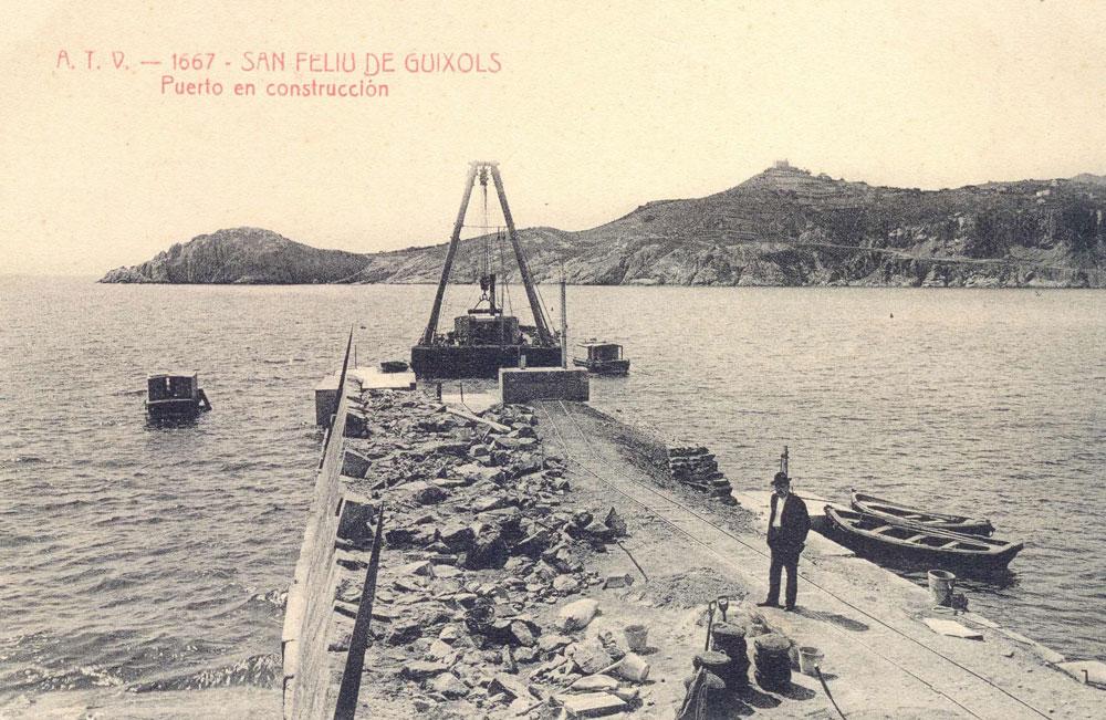 Construcció del port de Sant Feliu. Inici d eles obres de l'escullera (1904 – 1908). AMSFG. Fons Ajuntament de Sant Feliu de Guíxols. Autor: Desconegut.