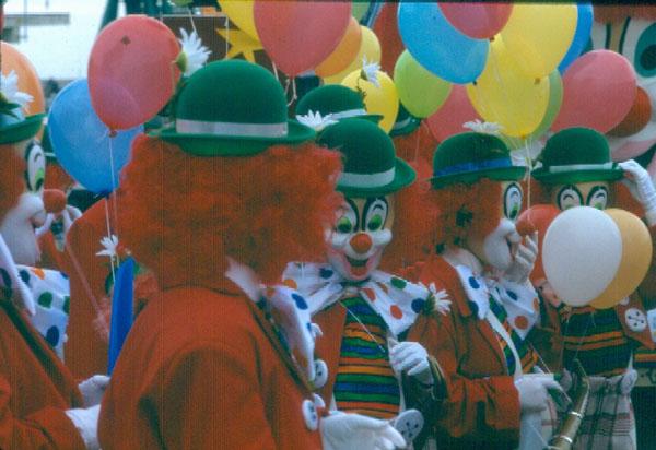 Colla de pallassos per Carnaval, l'any 1987 AMSFG. Col·lecció Municipal d'Imatges (Autor: Quim Bigas)