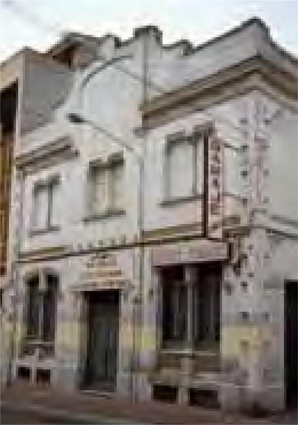 Façana de l'antic Café Lorenzo, avui biblioteca i arxiu, quan encara era un garatge (c. 1992))