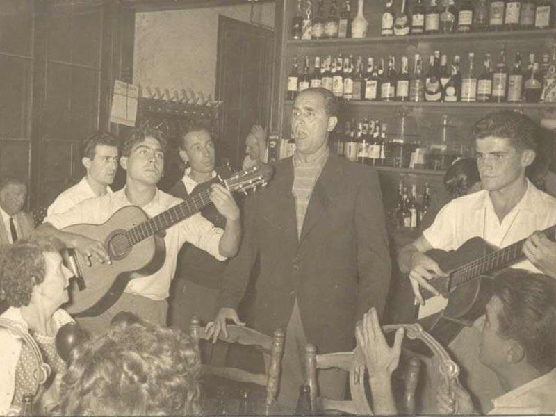 Josep Albertí cantant a can Saura cap al 1960 AMSFG. Fons Josep Albertí Corominas (autor desconegut).