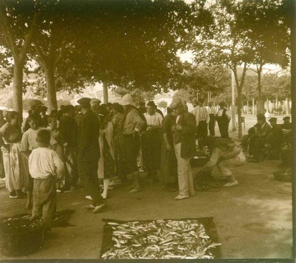 Encantant el peix al passeig de Sant Feliu de Guíxols cap al 1930 AMSFG. Fons Francesc Llorens (Autor: Francesc Llorens)