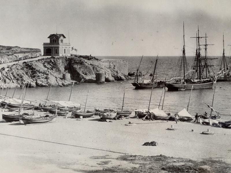 AMSFG. Fons Santiago Güitó. Autor: Desconegut. La platja dels pescadors, amb el Salvament al fons i diversos velers fondejats a la badia (1889 – 1900).
