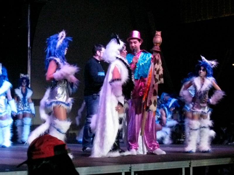 Lliurament de la vara amb el mussol a la reina del Carnaval, març del 2011 Procedència: Premsa de l'Ajuntament de Sant Feliu de Guíxols (Autor: Pere Carreras)