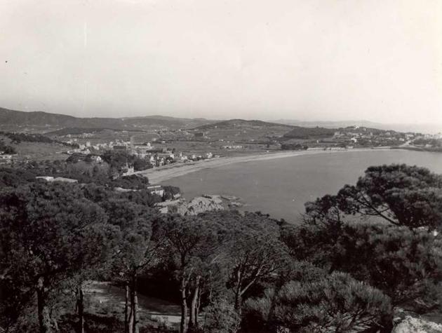 Vista de la platja i el paratge de Sant Pol des de la Volta de l'Ametller, als anys 60 AMSFG. Col·lecció Municipal d'Imatges (Autor desconegut)