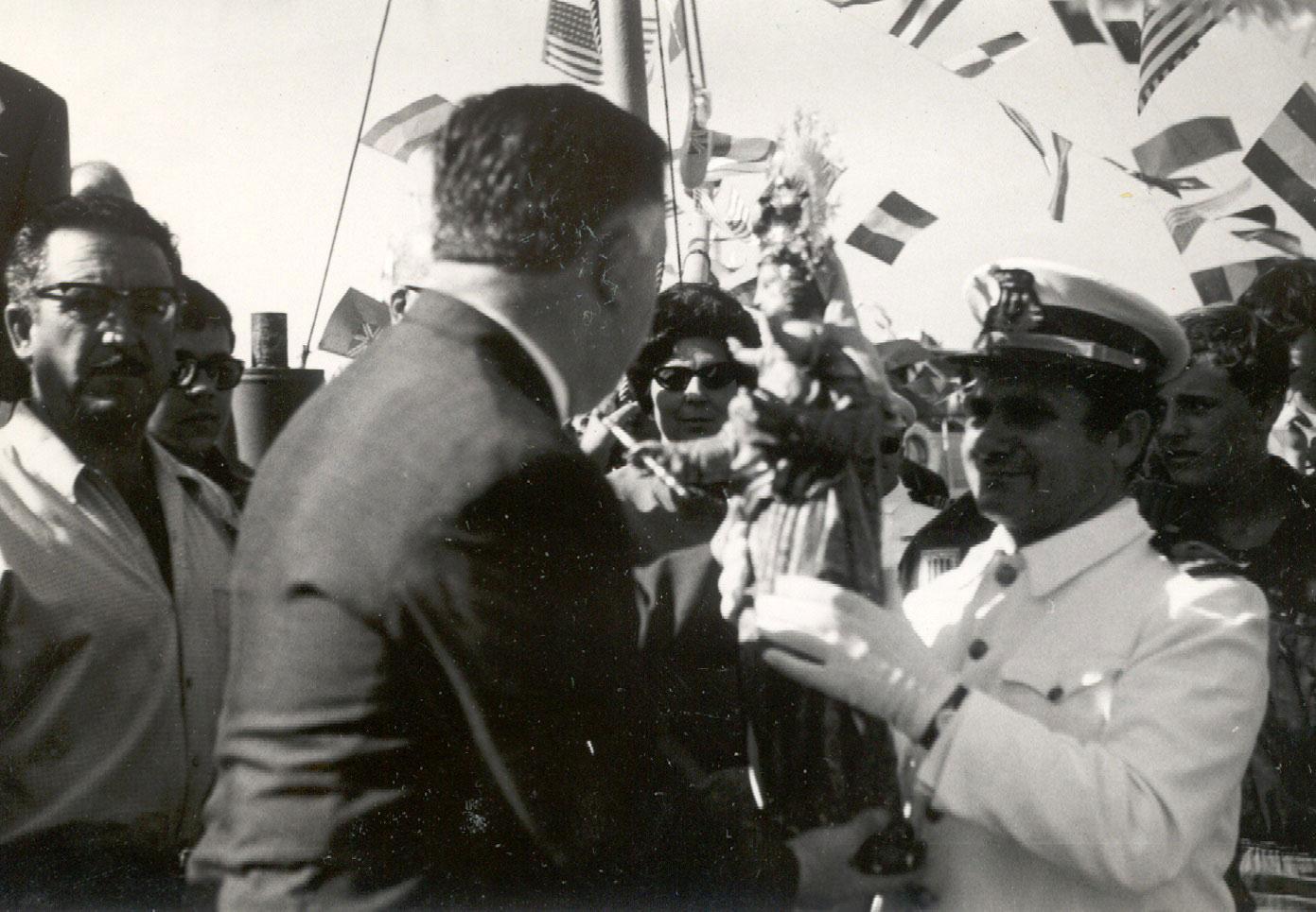 Autoritats embarcant la imatge de la Verge durant la processó marítima l'any 1968 AMSFG. Fons Enric Figueras (Autor: desconegut)