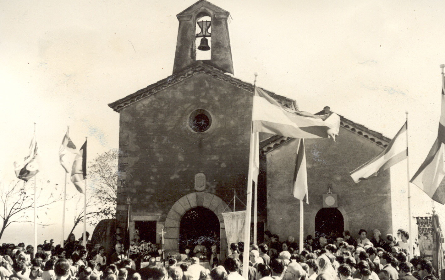Vista general de Sant Elm plena de gent oïnt missa durant l'Aplec del Bonviatge als anys 60 AMSFG. Fons Enric Figueras (Autor: desconegut)