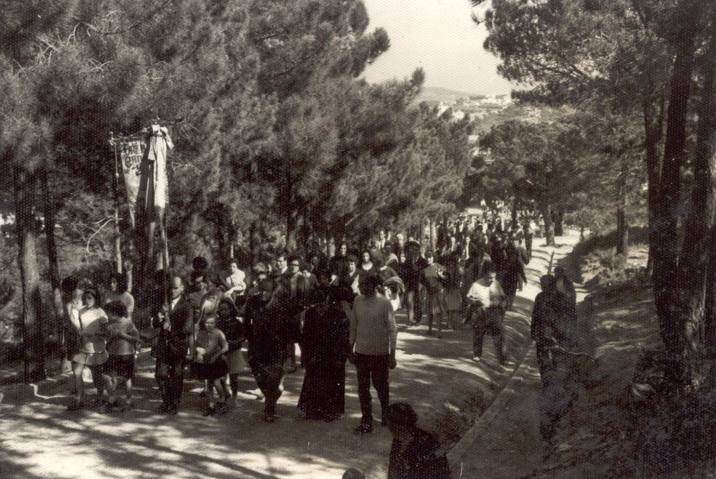 Processó durant l'Aplec de la Verge del Bonviatge pujant a Sant Elm a finals dels 60. AMSFG. Fons Enric Figueras (Autor: Enric Figueras)