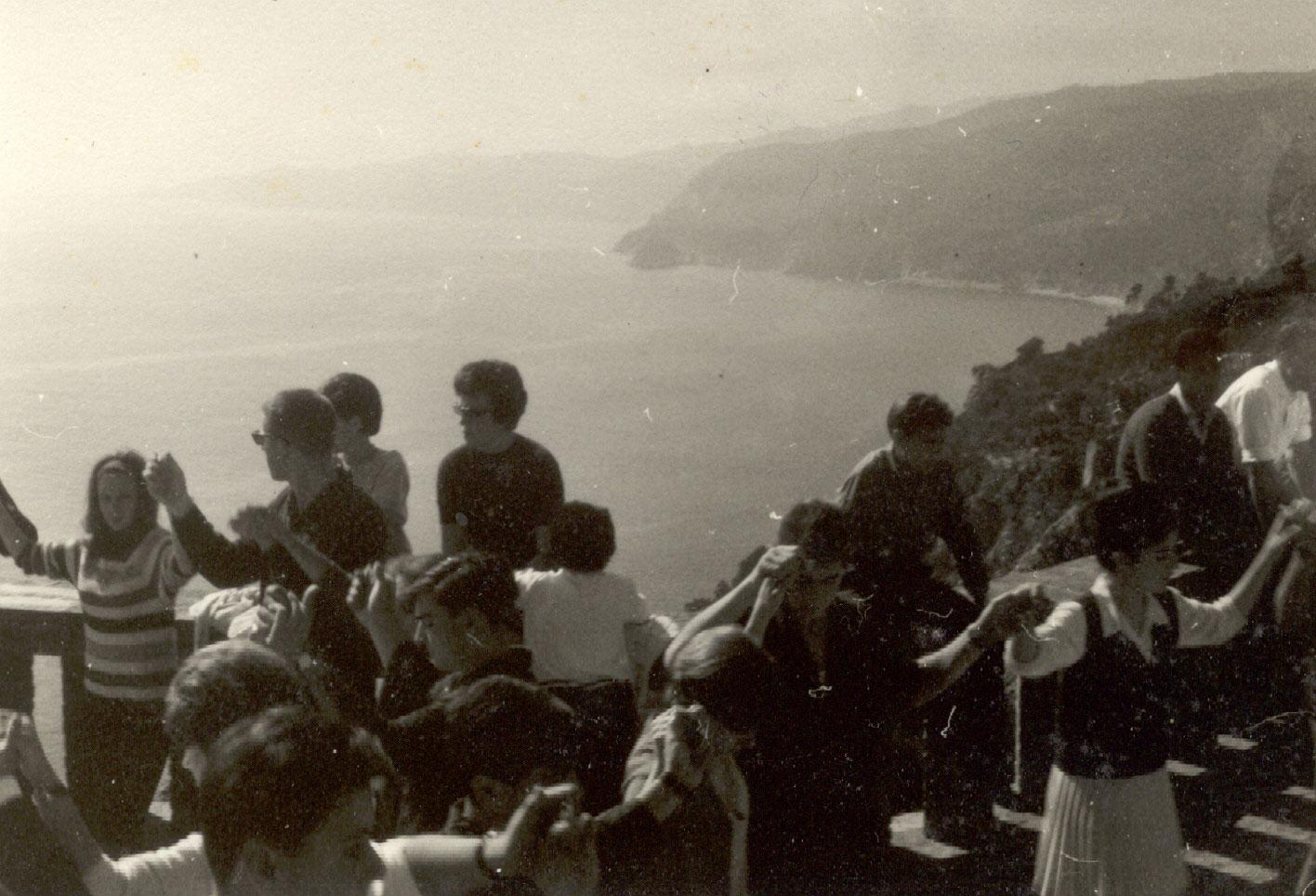 Ballada de sardanes al paratge de Sant Elm amb motiu de l'aplec del 12 d'octubre a finals dels anys 60 AMSFG. Fons Enric Figueras (Autor: Enric Figueras)