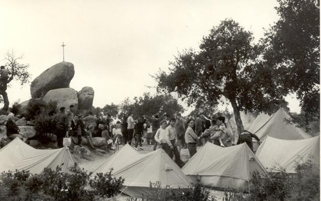Acampada durant l'Aplec de Pedralta als anys setanta AMSFG. Fons Enric Figueras Ribas (Autor desconegut)