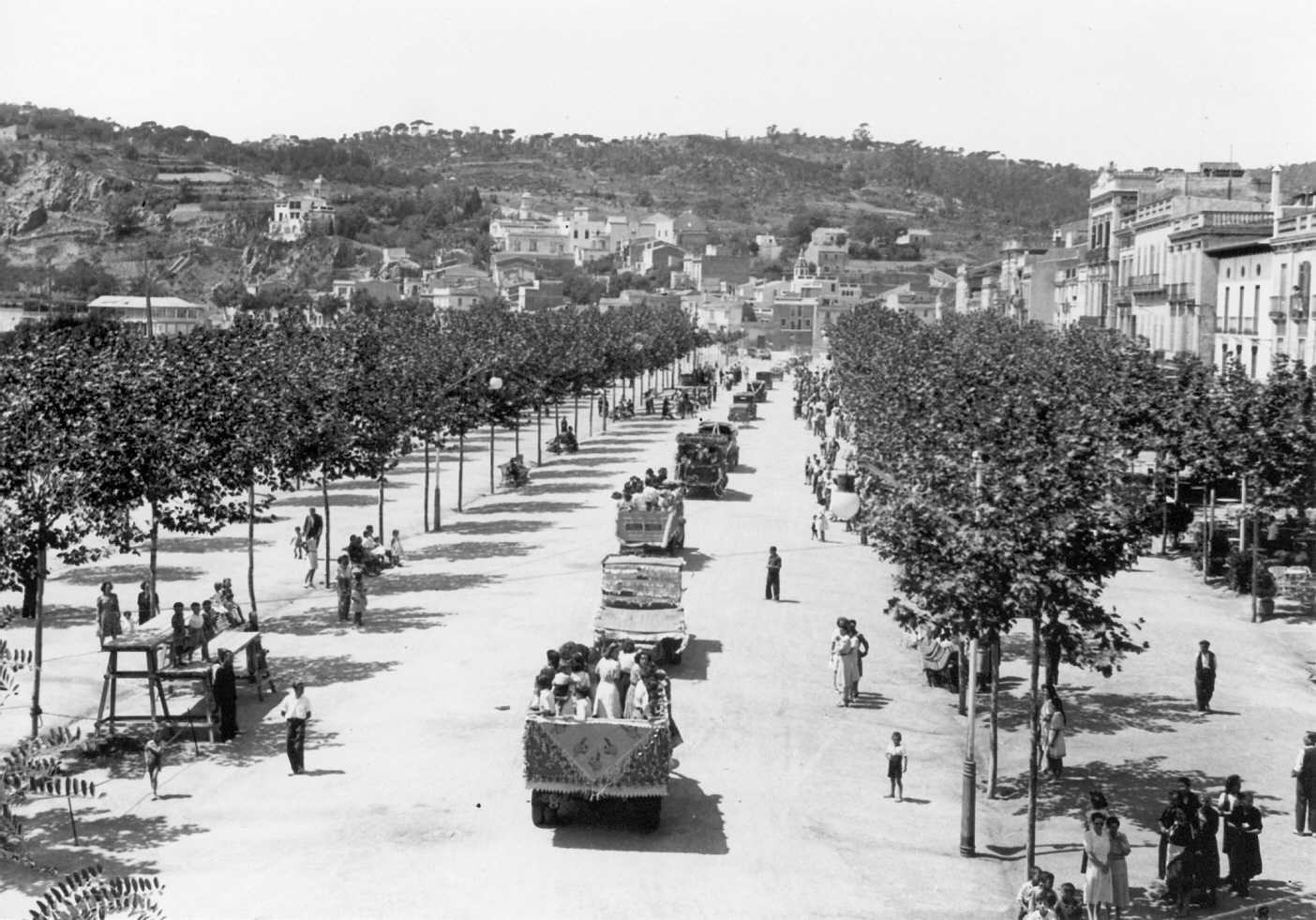 Desfilada al passeig del Mar per Sant Cristòfol als anys 40 AMSFG. Fons Pere Rigau (autor Pere Rigau)