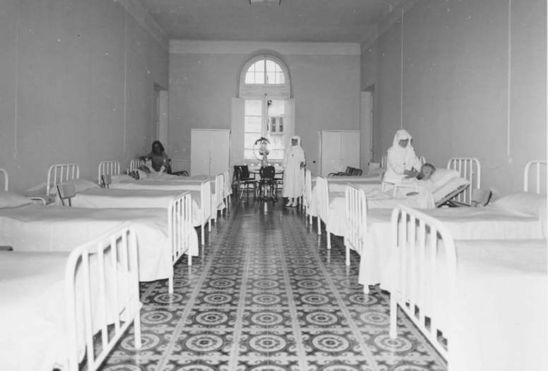Infermeria de l'Hospital Municipal als anys 80. AMSFG. Fons Ajuntament de Sant Feliu de Guíxols (autor desconegut).