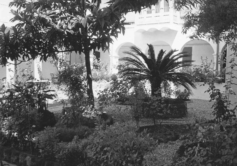 Pati de l'Hospital Municipal durant la dècada dels 80. AMSFG. Fons Ajuntament de Sant Feliu de Guíxols (autor desconegut).