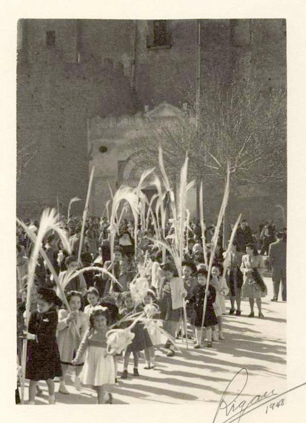 Diumenge de Rams a la plaça del Monestir, 1948 AMSFG. Fons Pere Rigau Roch (Autor: Pere Rigau)