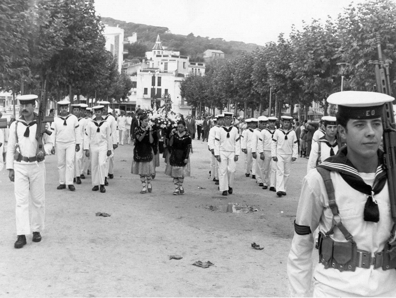 Pas de la processó de la Verge del Bonviatge pel passeig del Mar cap al 1970. AMSFG. Col·lecció Municipal d'Imatges (Autor: Narcís Sans)