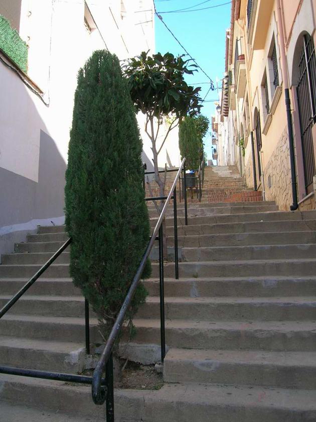 Escales del carrer de la Penitència amb l'escola Sant Josep a l'esquerra, l'any 2010 AMSFG. Col·lecció Municipal d'Imatges (Autor: Núria Almar)