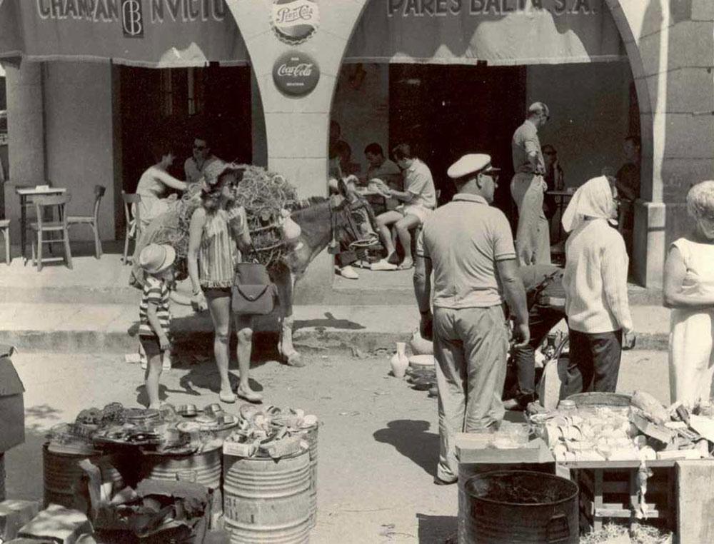 Turistes davant de Casa Pedro, antigament can Garjola, als anys 60 AMSFG. Col·lecció Municipal d'Imatges (Autor: desconegut).