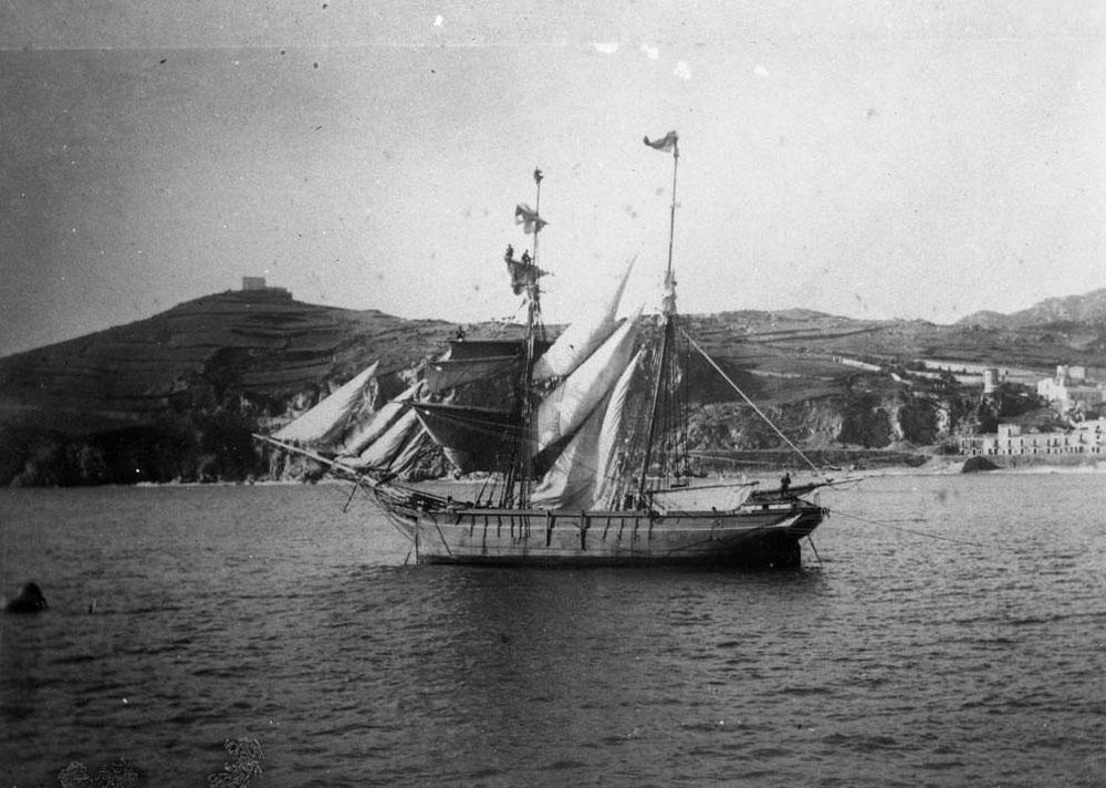 Bergantí goleta fondejat a la badia de Sant Feliu de Guíxols fent els preparatius per salpar, darrer terç del segle XIX. AMSFG. Col·lecció Espuña-Ibáñez (Autor desconegut)